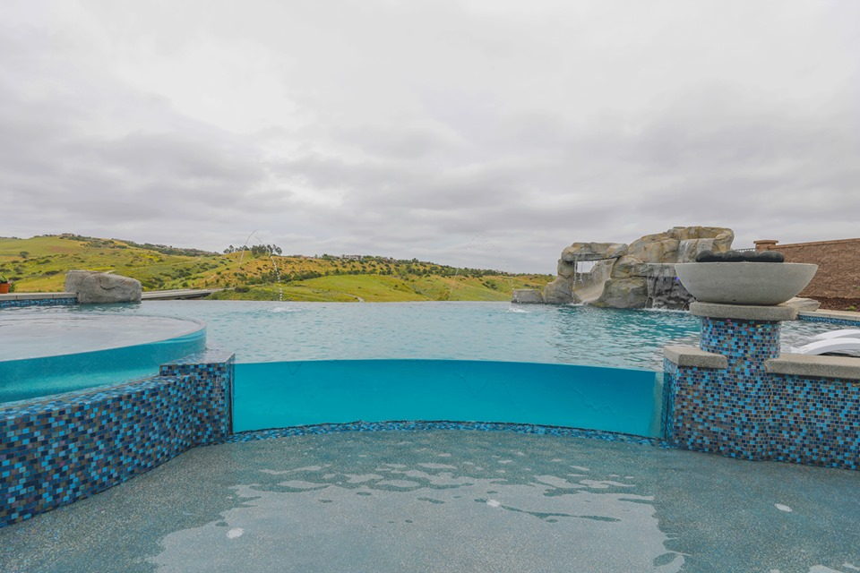 Vanishing-Edge Pools: Advice to Pool Owners